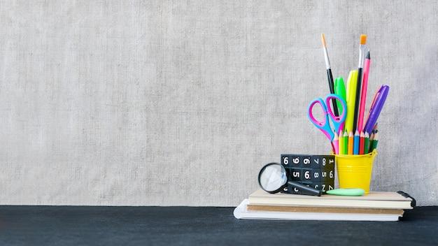 Material escolar maqueta con copyspace Foto Premium