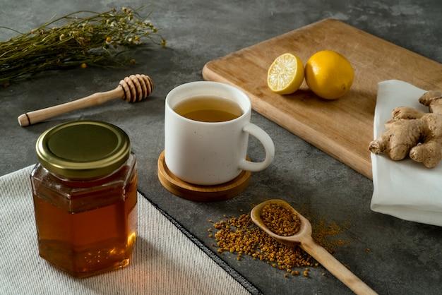 Materiales para preparar té de jengibre con miel y polen   Foto Premium