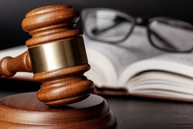 Mazo de madera y libros jurídicos de cerca Foto Premium