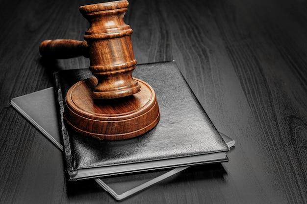 Mazo de madera en la mesa de madera negra de cerca Foto Premium