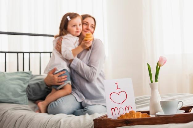 Me encanta mamá inscripción cerca de abrazar a madre e hija Foto gratis