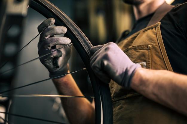 Mecánico reparando una bicicleta Foto gratis