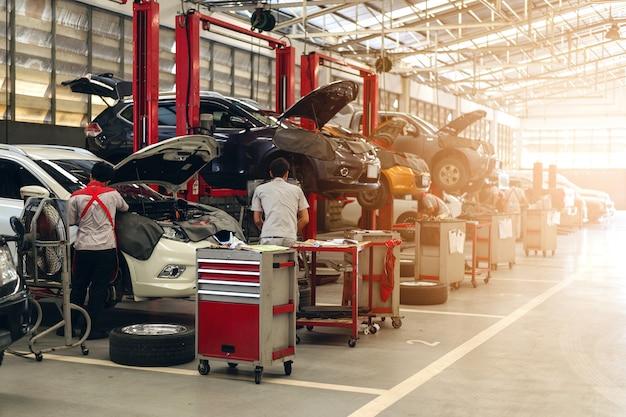 Mecánico trabajando en mantenimiento de automóviles Foto Premium