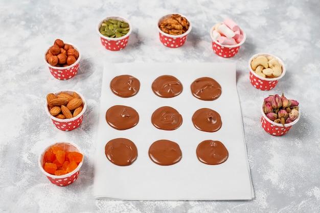 Mediadores de chocolate hechos a mano, galletas, bocados, dulces, nueces. copyspace vista superior. Foto gratis