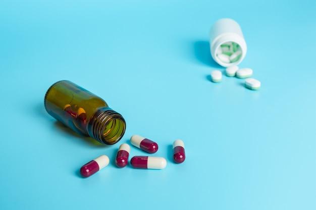 De medicamentos, suministros médicos colocados en un azul. Foto gratis