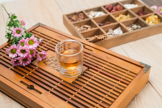 Medicina herbaria china en caja Foto Gratis