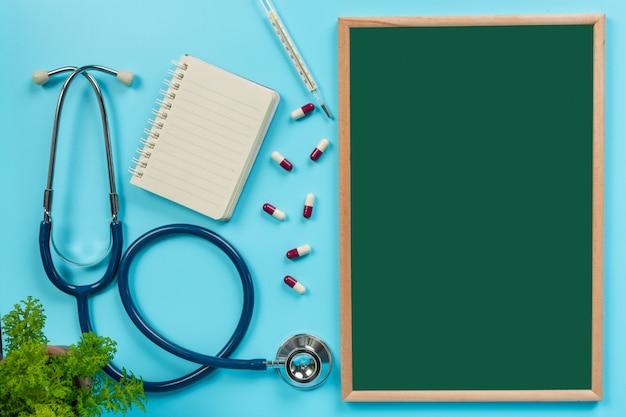 De medicina, suministros colocados en un tablero verde junto con herramientas médicas en un azul. Foto gratis