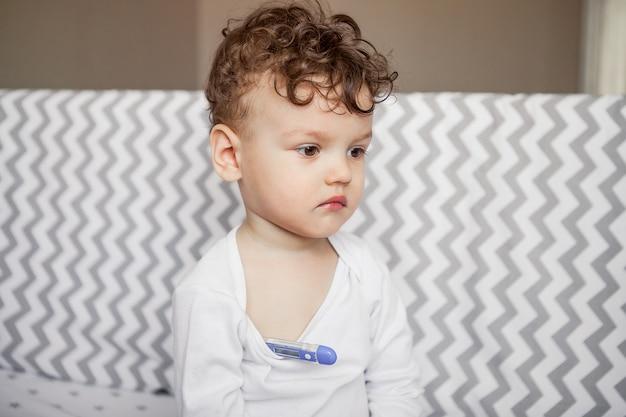 La medicina. virus de la gripe. el bebé mide la temperatura Foto Premium