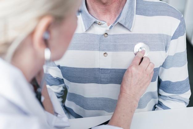 Médico atendiendo a un paciente Foto gratis