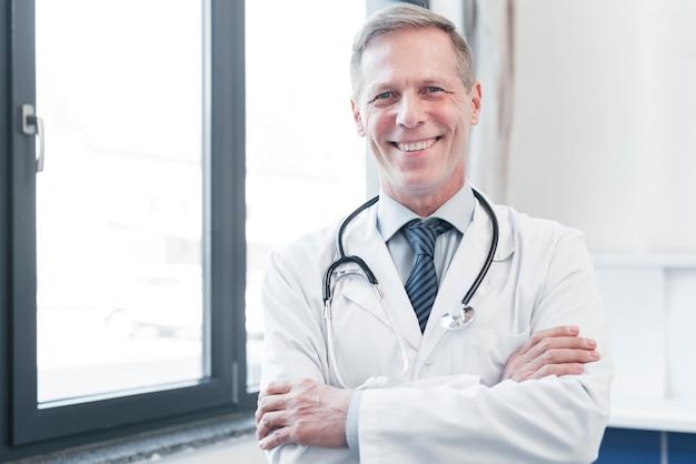 Médico de familia en la consulta Foto gratis
