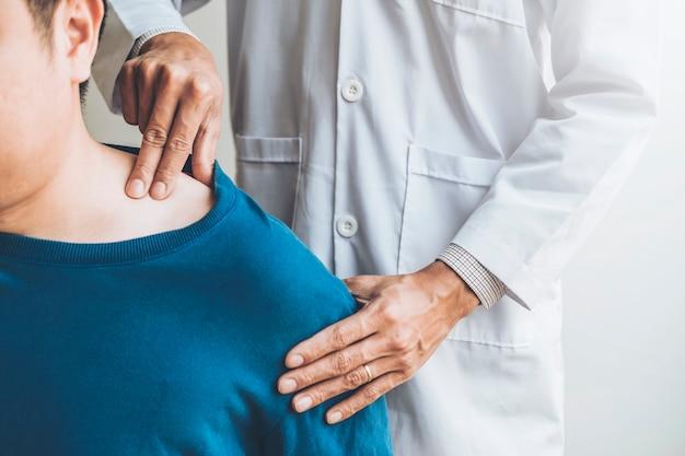 Médico físico que consulta con el paciente acerca de los problemas de dolor en la musculatura del hombro concepto de diagnóstico de terapia física Foto Premium