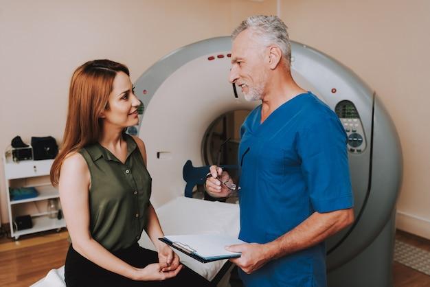 Médico hace diagnóstico para la mujer después de la resonancia magnética. Foto Premium