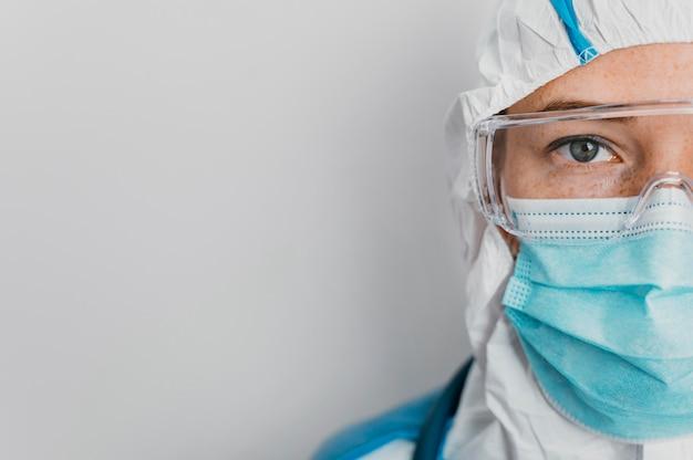 Médico joven con equipo de protección con espacio de copia Foto gratis