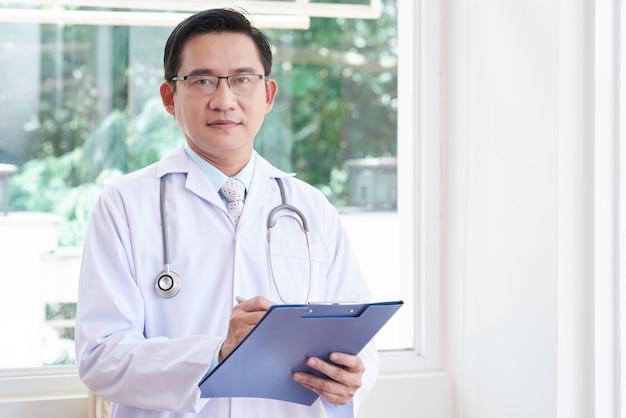 Médico masculino asiático Foto gratis