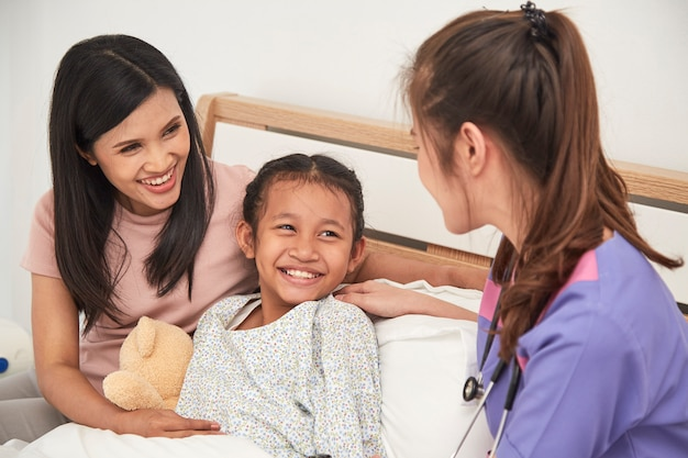 Médico y niño con la madre en el hospital Foto Premium
