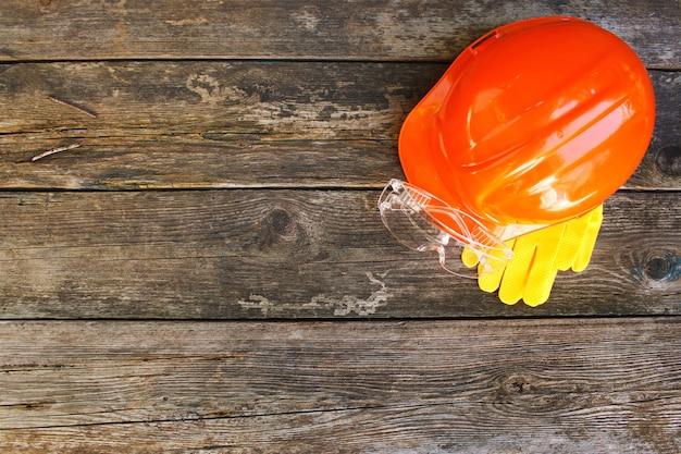 Medios de protección en un viejo fondo de madera. vista superior. lay flat. Foto Premium