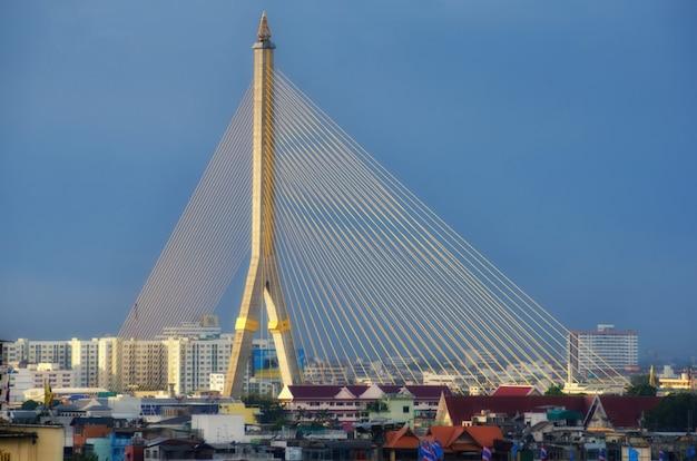 Mega puente en bangkok, tailandia (puente rama 8) Foto Premium