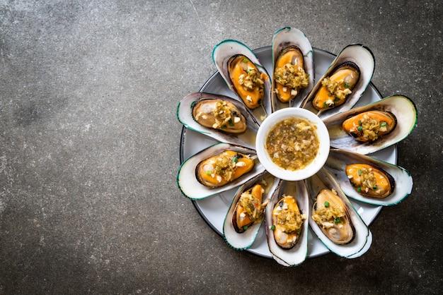 Mejillones con salsa de mariscos picante Foto Premium