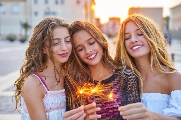 Las mejores amigas adolescentes con bengalas. Foto Premium