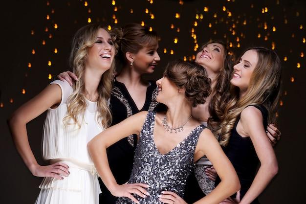 Mejores amigos celebrando la fiesta de año nuevo Foto gratis