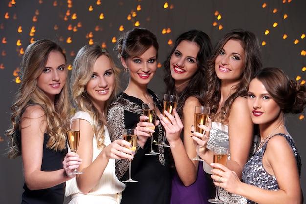 Mejores amigos teniendo una fiesta de año nuevo Foto gratis