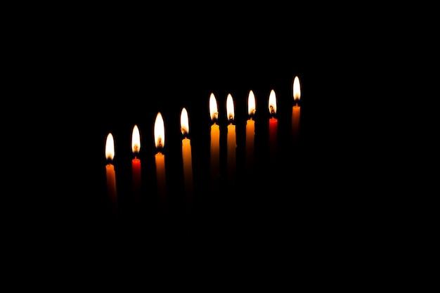 Menorah de janucá con velas encendidas Foto Premium