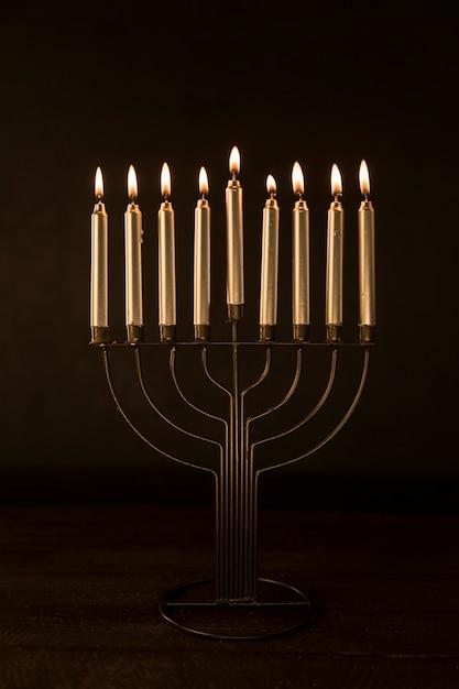Menorah con velas de oro ardiendo Foto gratis