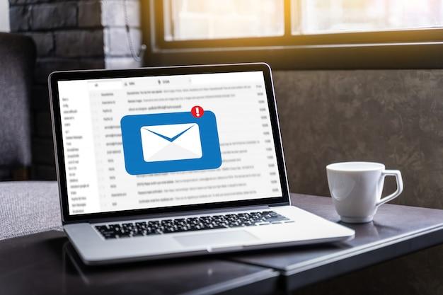 El mensaje de conexión de la comunicación de correo a los contactos de correo electrónico llama por teléfono al concepto global de cartas Foto Premium