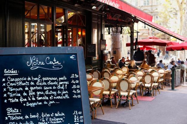 Menú de restaurante en la calle Foto Gratis