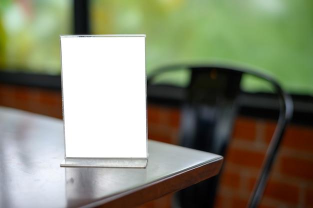 Menú en mesa de madera Foto Premium