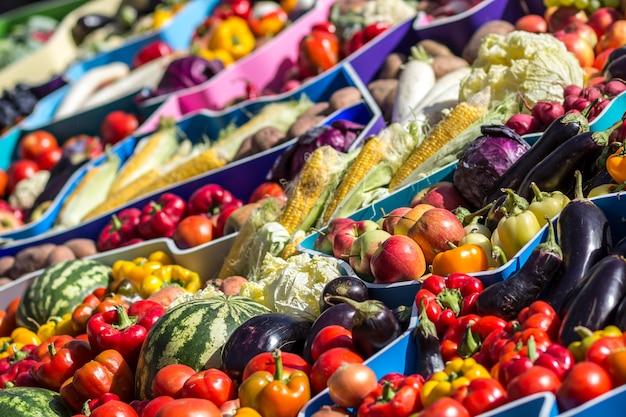 Mercado de frutas de agricultores con varias frutas y verduras frescas coloridas Foto Premium