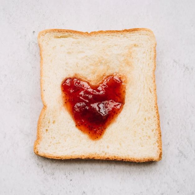 Mermelada en forma de corazón en pan tostado Foto gratis
