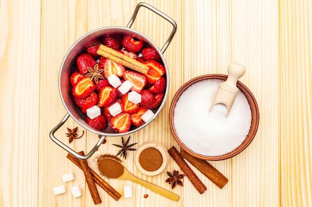 Mermelada de fresa. ingredientes para hacer postres caseros dulces Foto Premium