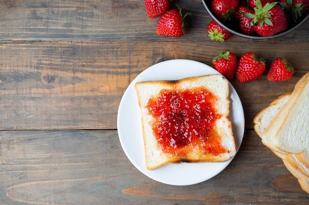Mermelada de fresa con tostadas para el desayuno. Foto gratis