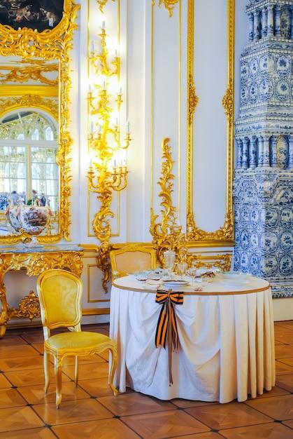 Mesa antigua para celebraciones majestuosas. Foto Premium