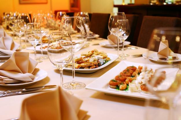 Mesa de banquete con aperitivos Foto gratis
