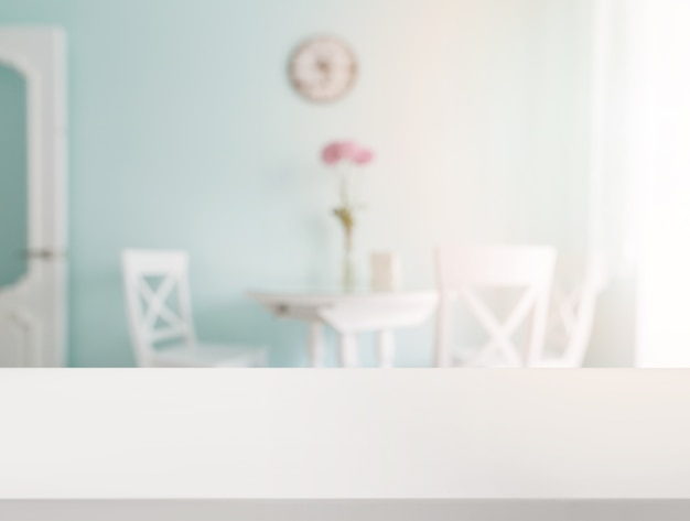 Mesa blanca vacía frente a la mesa de comedor blanca borrosa en la casa Foto gratis