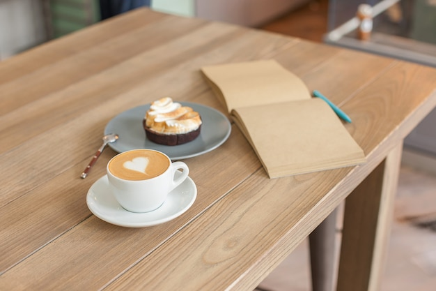 Mesa para café en el mostrador de una cafetería Foto gratis