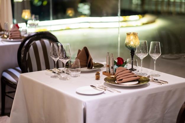 Mesa de cena de lujo en el hotel Foto gratis