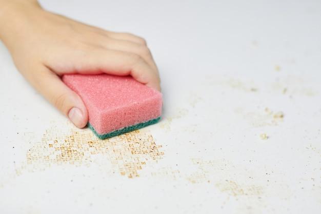 Mesa de cocina limpia con esponja rosa Foto Premium