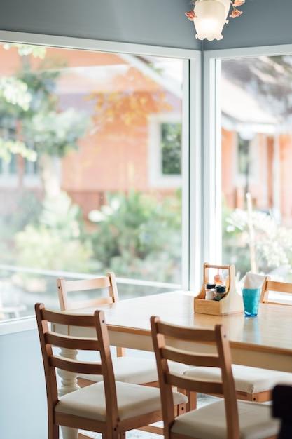 Mesa de comedor a la luz del día Foto gratis
