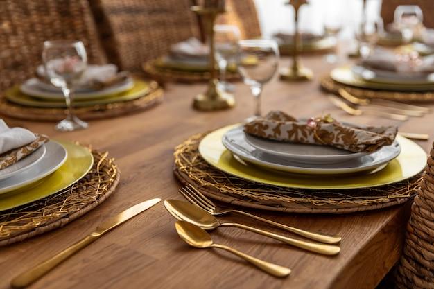 Mesa de comedor de primer plano con detalles de placas Foto gratis