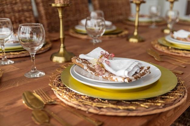 Mesa de comedor de primer plano con platos Foto gratis