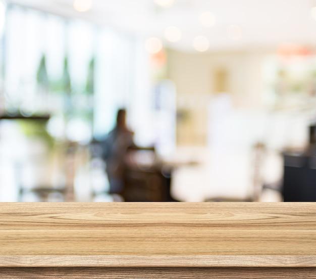 Mesa de madera vacía y fondo borroso de la luz del café. plantilla ...
