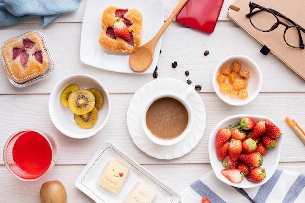 Mesa de desayuno y postre dulce. Foto Premium