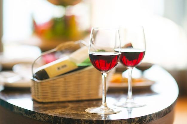 Mesa con dos copas de vino y fondo borroso Foto gratis