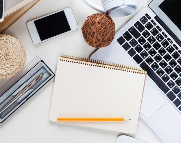 Mesa de escritorio de oficina blanca con muchas cosas. vista superior Foto Premium