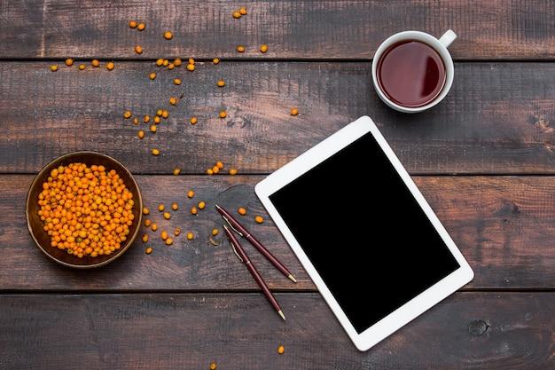 Mesa de escritorio de oficina con laptop y taza de café. Foto gratis