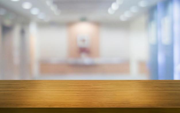 Mesa de madera en la decoración de la habitación del hogar moderno. Foto Premium