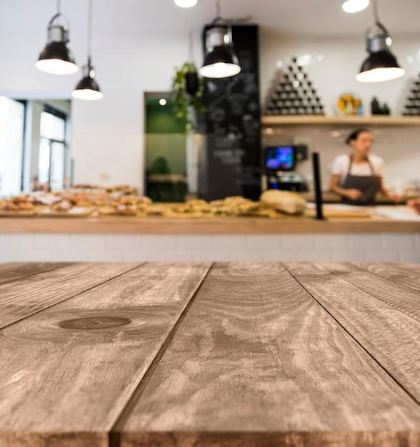 Mesa de madera con escena de restaurante borroso Foto gratis